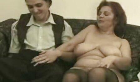 دختر فیلم سکس سگ با زن به صورت سیاه و سفید یک سینه می دهد