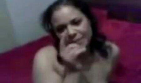 زن فیلمسکس باسگ بالغ خودش را در تمام سوراخ های آب می کشید
